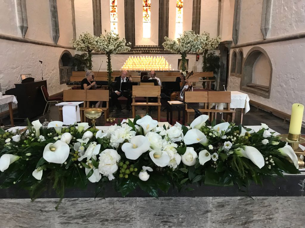 Alter white arrangement